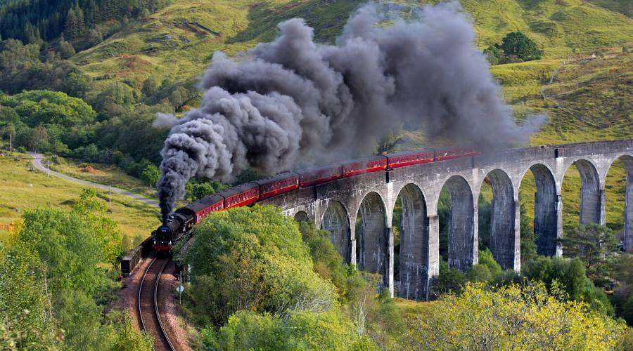 Il treno giacobita Glenfinnan nel viadotto nelle Highland in Scozia