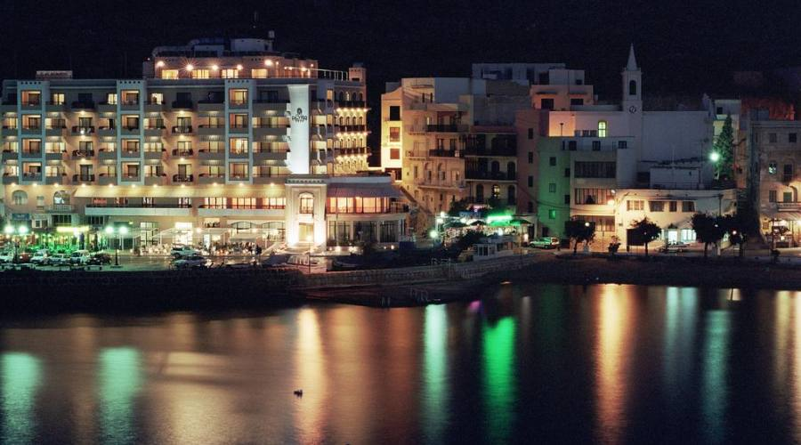 Calypso Hotel: By Night