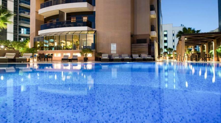 Dubai: Hotel Majestic piscina