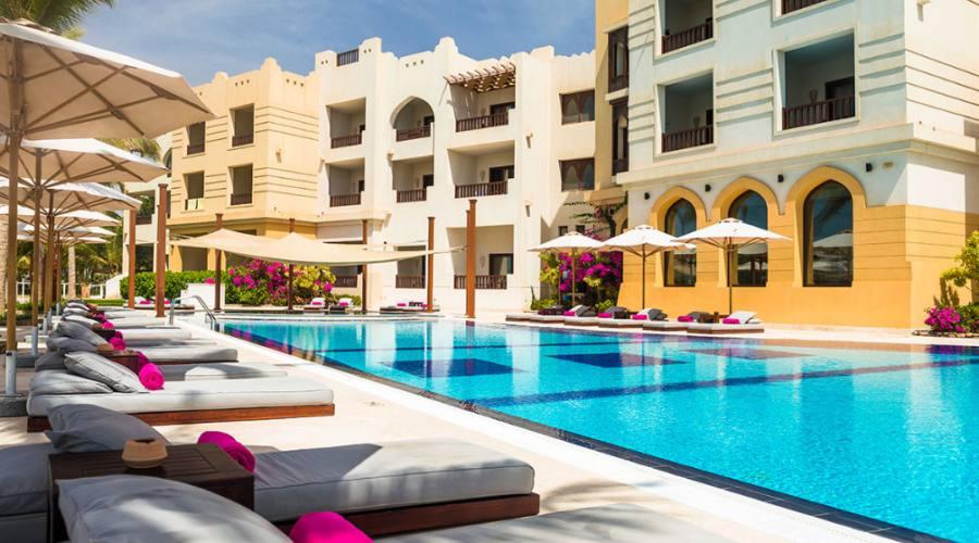 piscina davanti all'hotel
