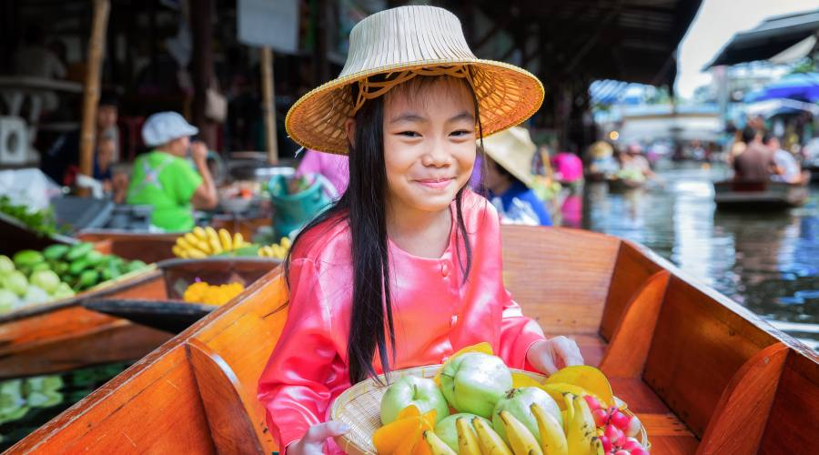 Incontri sorridenti al mercato galleggiante
