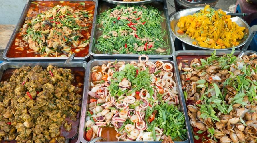 Una bancarella di tipico cibo thailandese