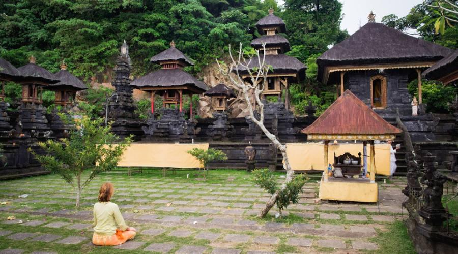 Mediatazione di fronte ad un tempi a Bali
