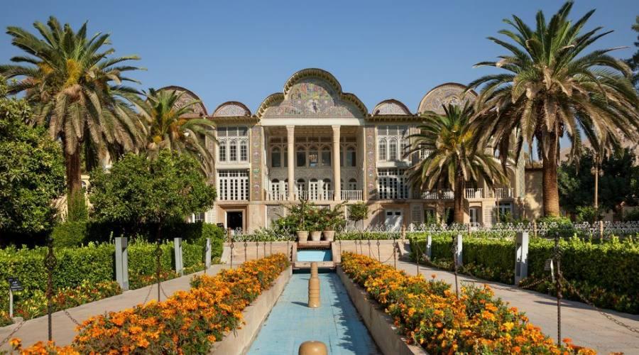 Giardino persiano di Eram con il suo bellissimo padiglione, tradizionale sistema di fontana iraniana e palme nella città di Shiraz, Iran.