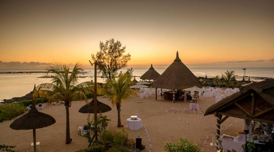 La spiaggia dell'hotel al tramonto