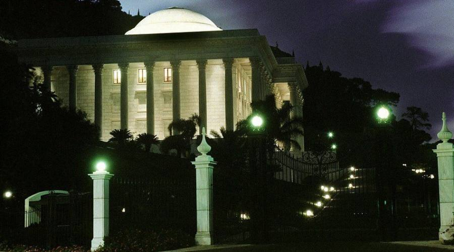 Haifa Centro Mondiale Baha'i notturno