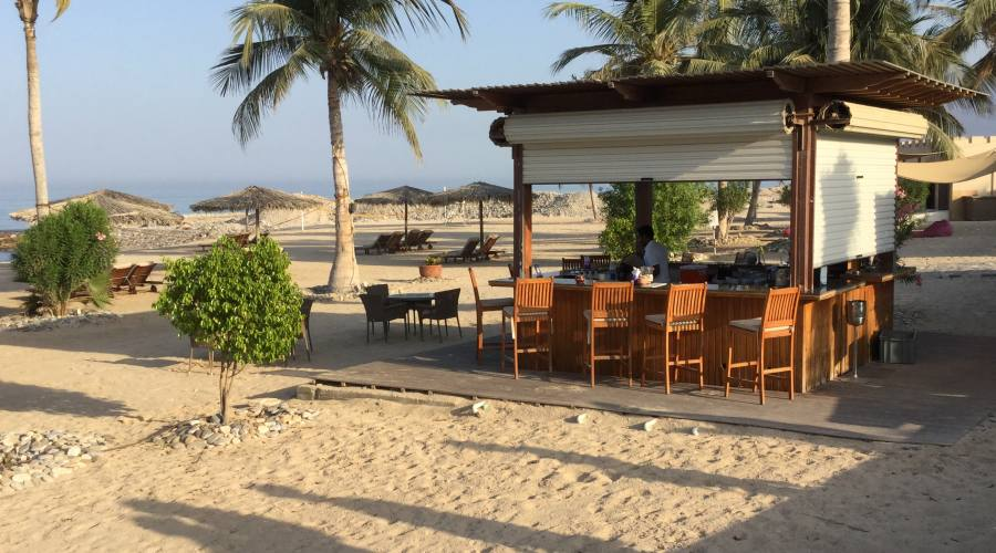 Il bar in spiaggia del Sifawy Boutique Hotel