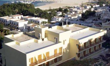 Hotel 4 stelle circondato da essenze e fiori mediterranei