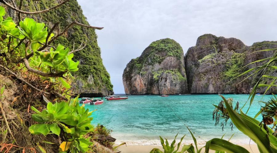 Maya Bay a Phi Phi Island, ci potete arrivare in barca da Phuket