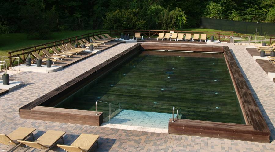 La piscina in legno sopra la sorgente termale