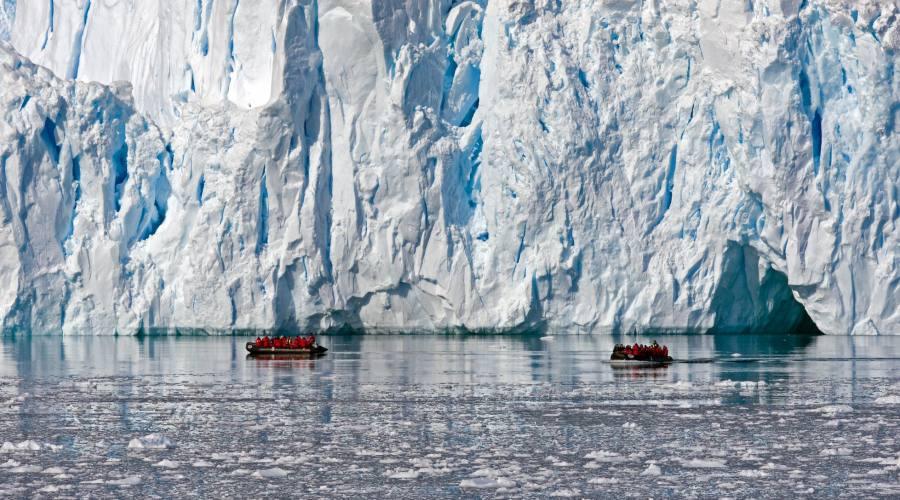 Tour dello Zodiaco nei pressi di un enreale ghiacciaio a Paradise Bay, in Antartide
