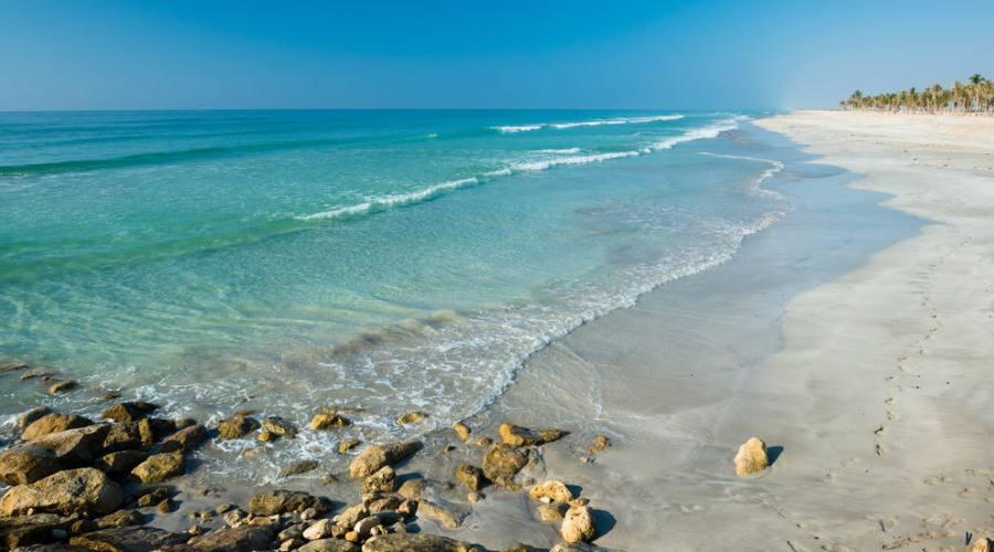 La spiaggia adiacente