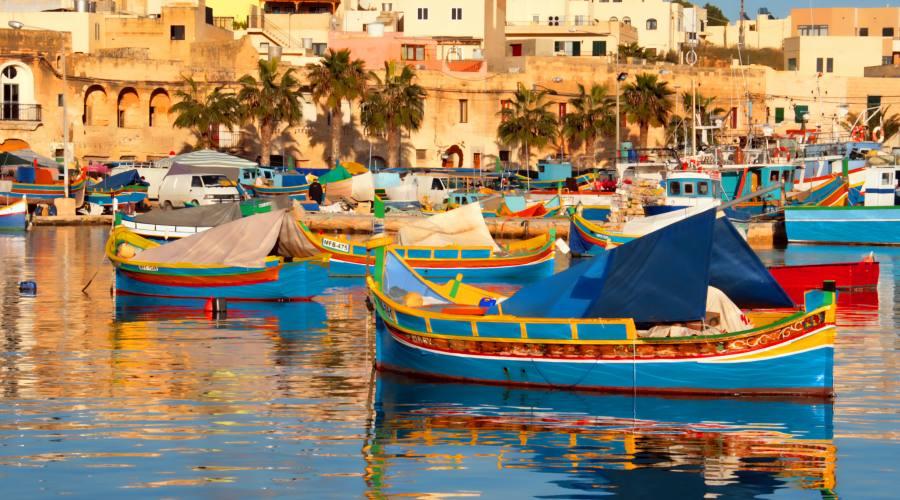 Il porto e le sue colorate imbarcazioni