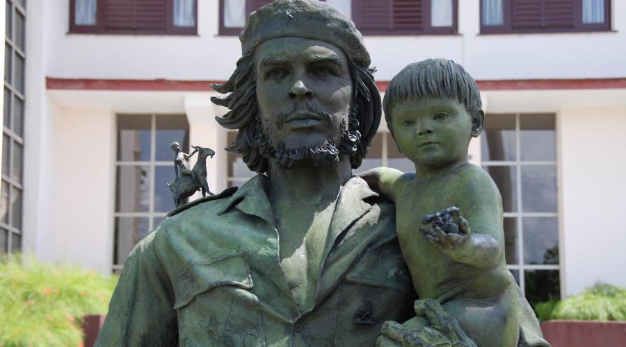 """Santa Clara, Statua del """"Che"""" con il """"Niño"""""""