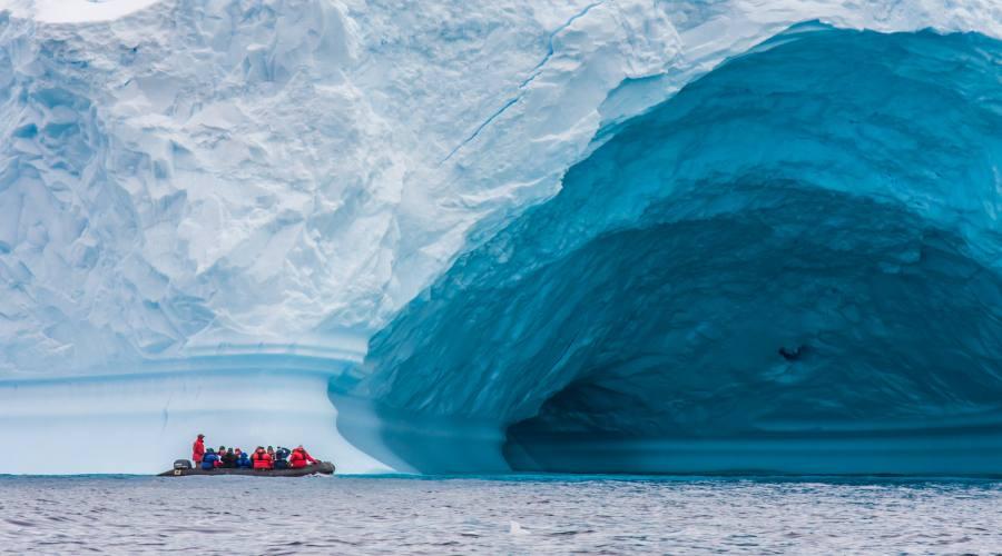 Gigantesco iceberg tabulare nel passaggio di Drake vicino all'Antartide