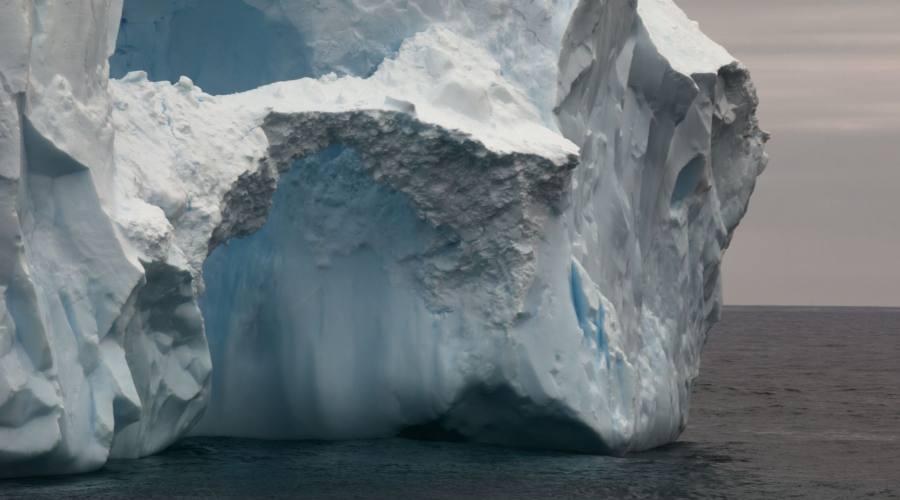 Vista del primo piano per l'iceberg nel passaggio di Drake