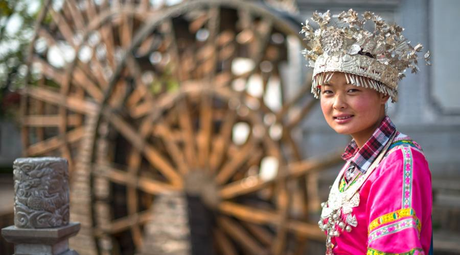 Ragazza Cinese in costume tradizionale minoranza etnica