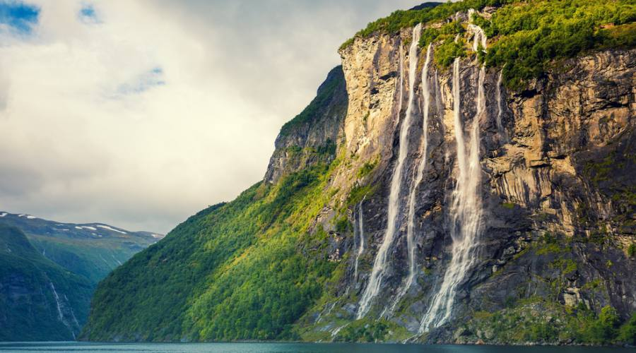 Cascata lungo i fiordi