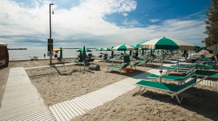 Spiaggia con passerelle