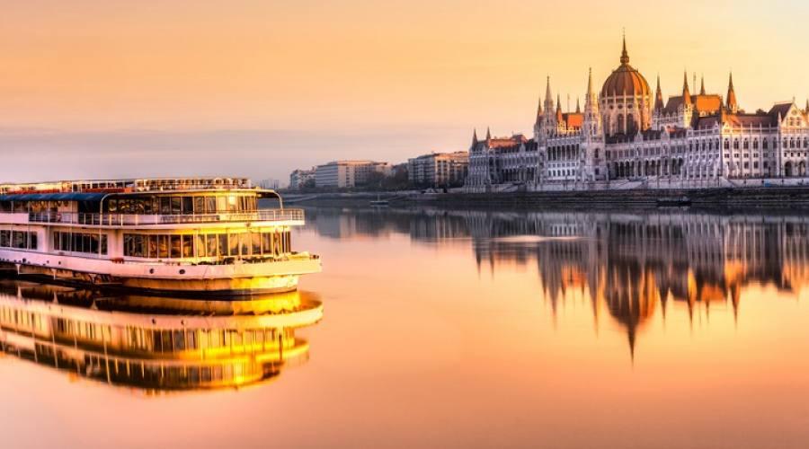 Il Parlamento visto dal Danubio