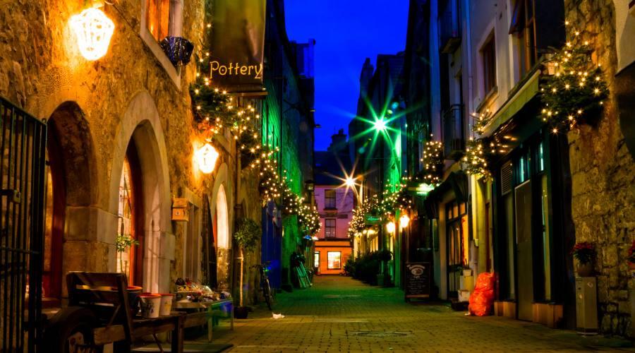 Vita notturna nelle stradine dell'antica Galway