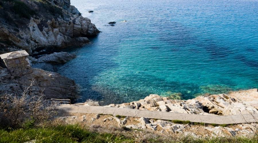 accesso al mare dagli scogli