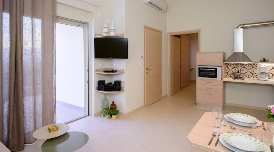 Interno appartamento con porta su piscina