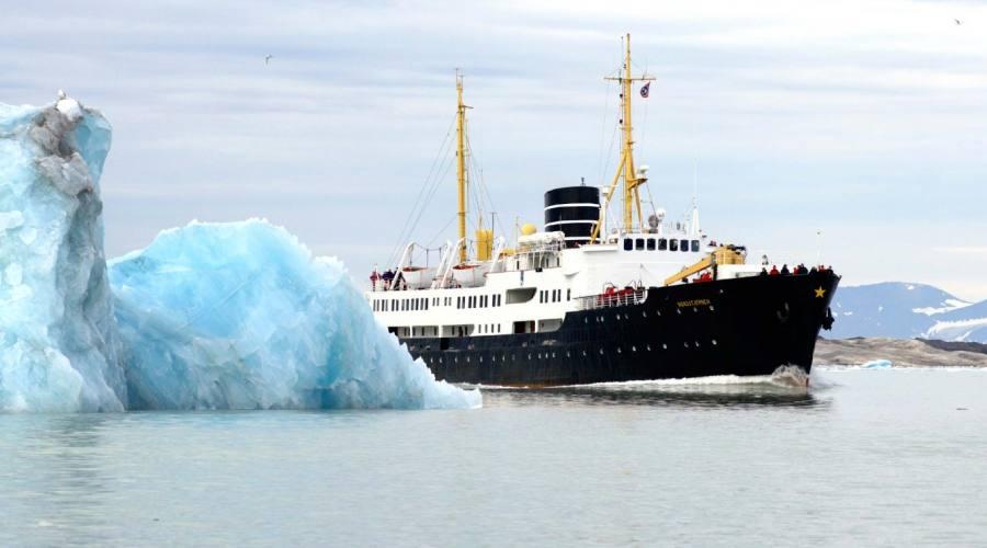 Nave tra gli iceberg