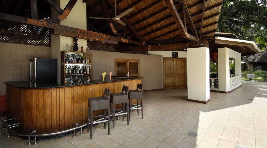 Mahe' - Il Pool Bar del Berjaya Beau Vallon Bay 4 Stelle