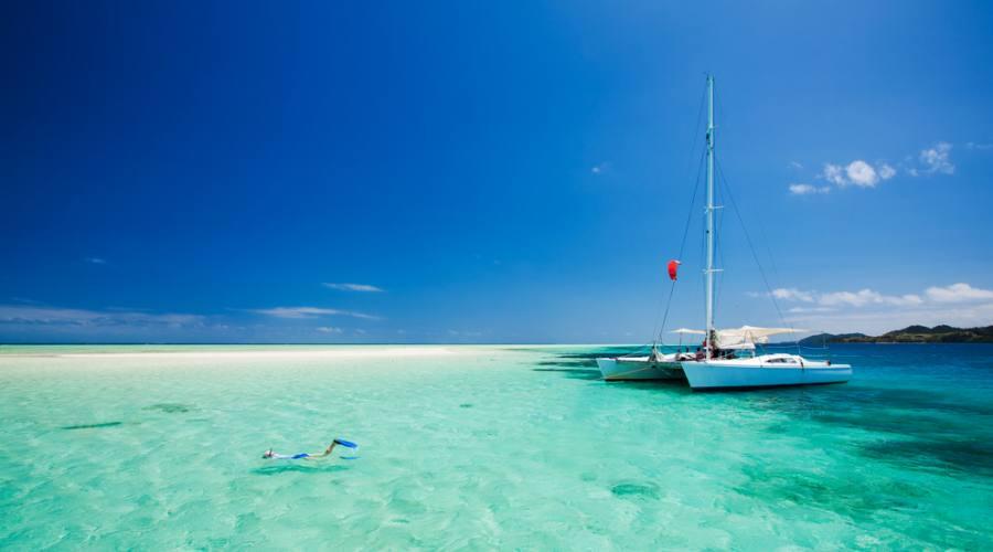 Scendi dal catamarno e inizia a fare snorkeling!