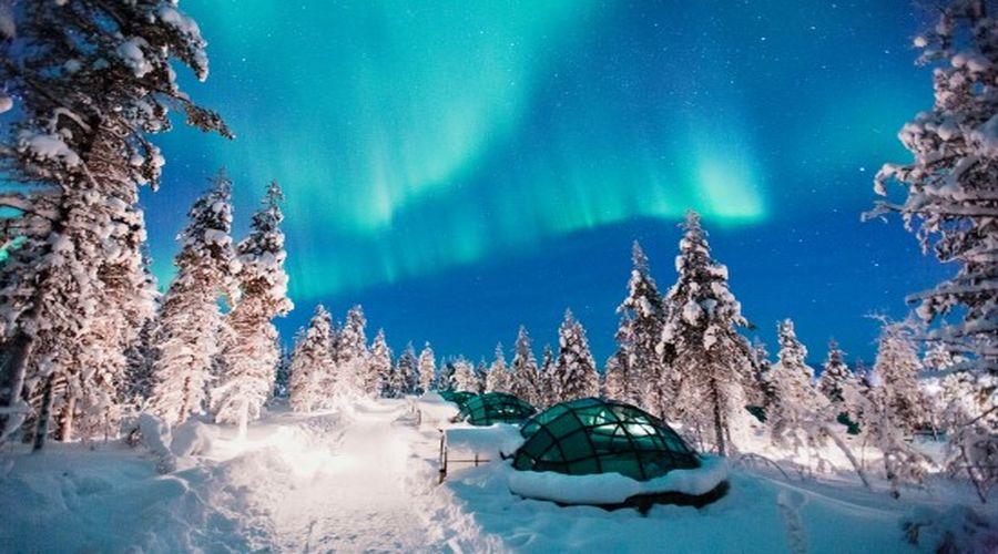 Aurora Boreale in Lapponia sopra igloo di vetro
