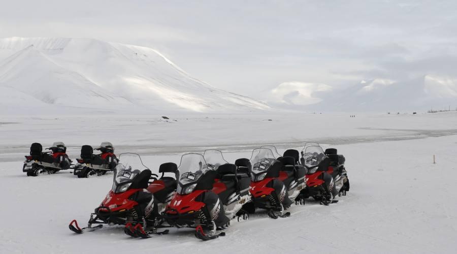 Motoslitte nel paesaggio artico