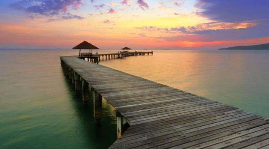 la puesta de sol en el medio del mar