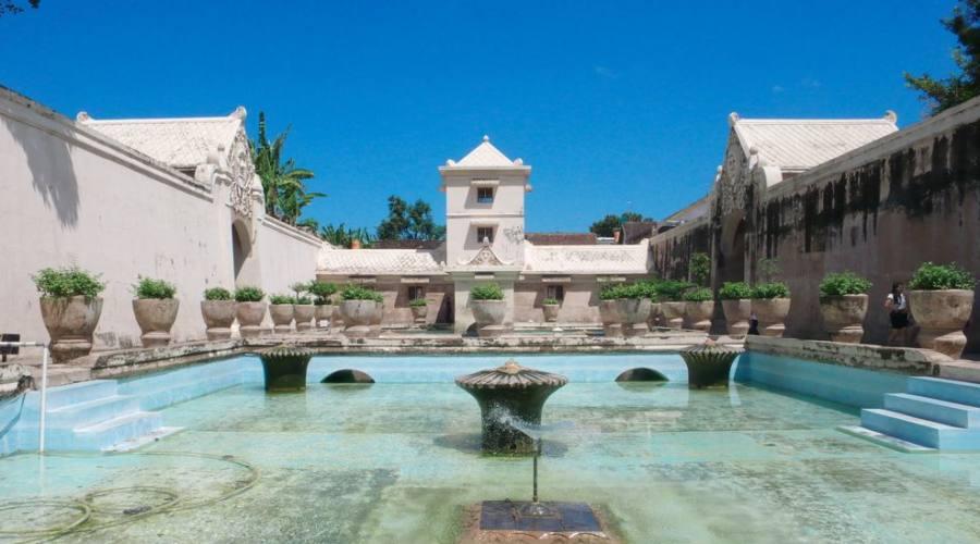 castello sull'acqua taman sari