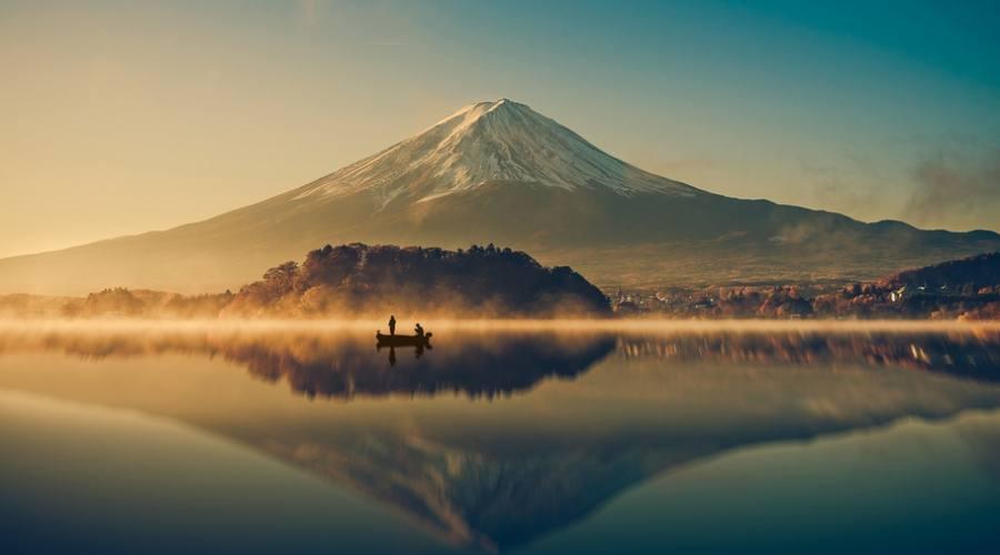 Il monte Fuji si riflette sul lago Kawaguchiko