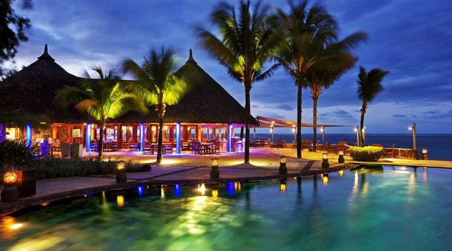 Zona piscina di sera