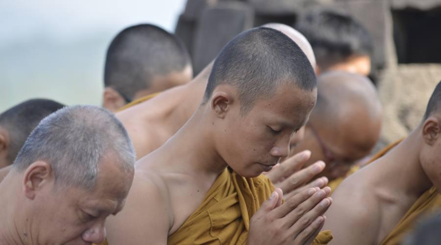 Abitanti durante i riti buddisti
