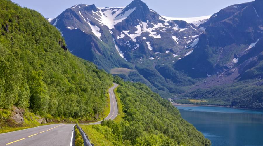 Strada lungo un fiordo