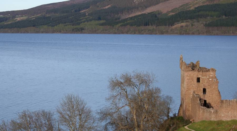 Castello di Urquhart sulle sponde del Loch Ness