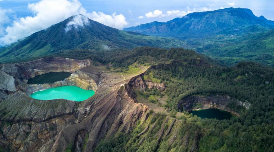 bellezza del lago tricolore a monte kelimutu