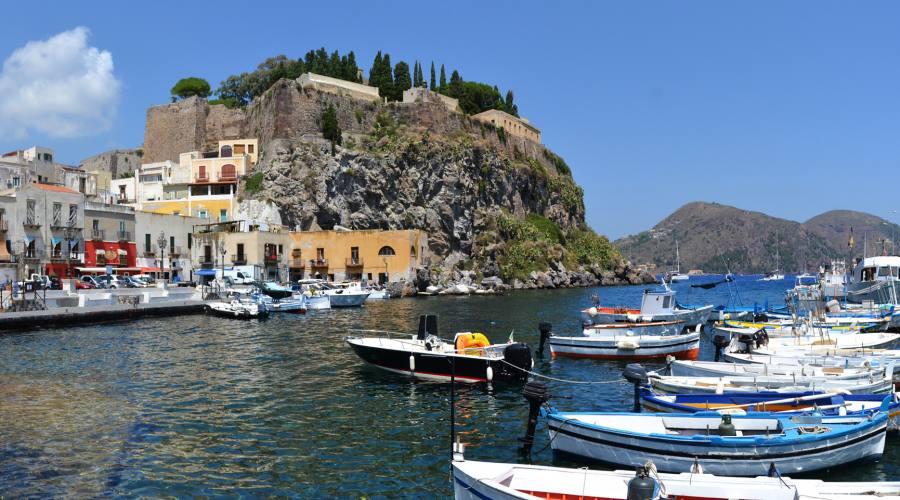 Vista sul centro città e porto a Lipari
