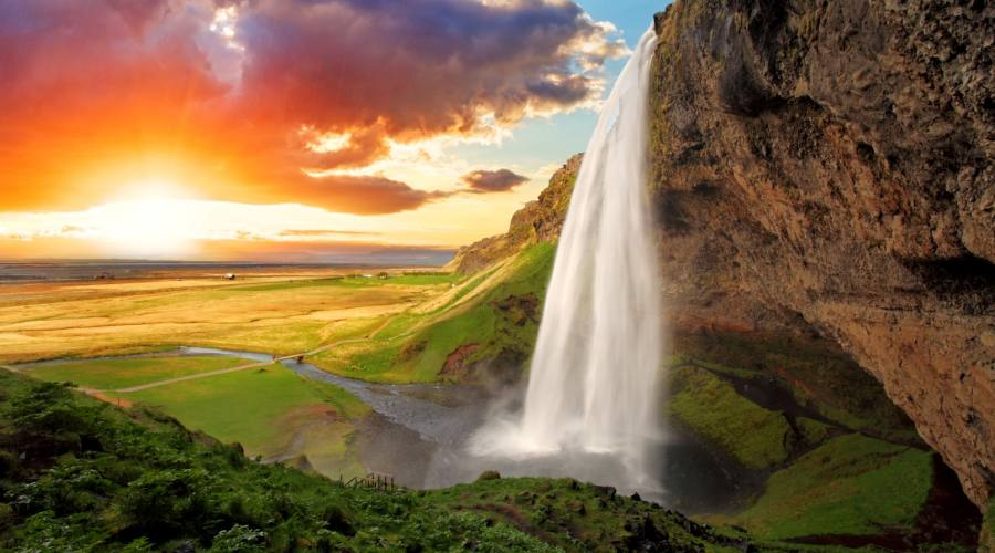 La cascata Seljalandsfoss