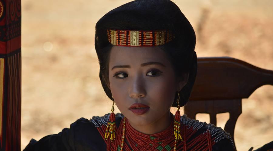 Donna Indonesiana con abiti tradizionali