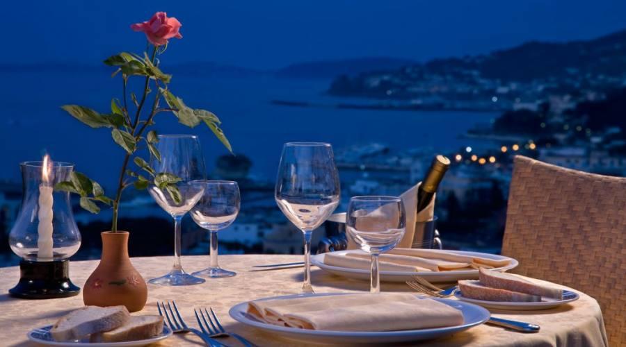 Cena romantica guardando il mare