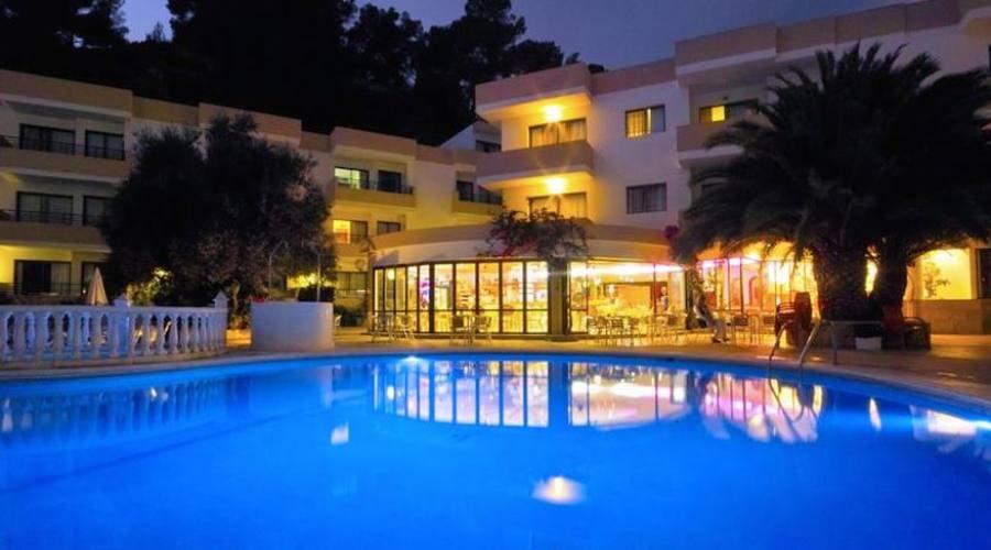 struttura hotel e piscina di notte