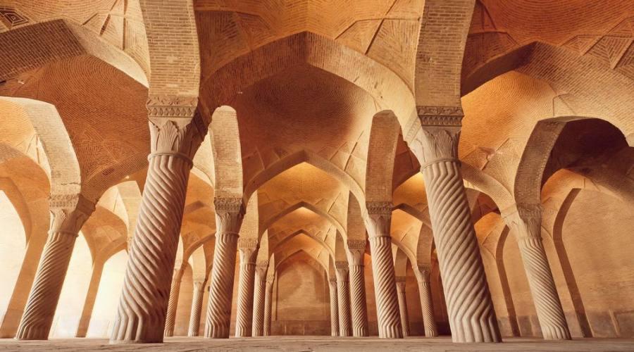 Moschea persiana Vakil con colonne scolpite in enorme sala storica, costruita nel 1773 a Shiraz, Iran