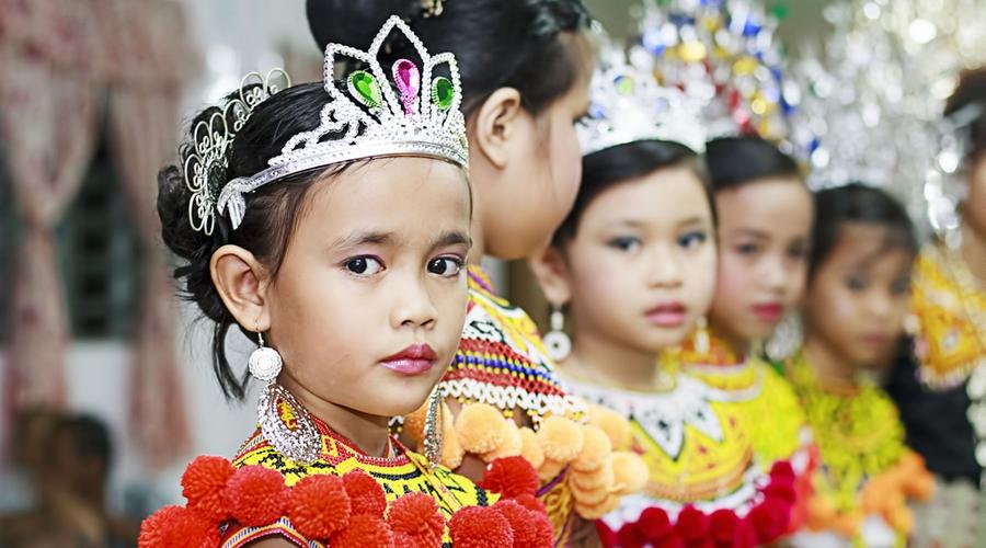 Bambine della tribu' Iban in abiti tradizionali