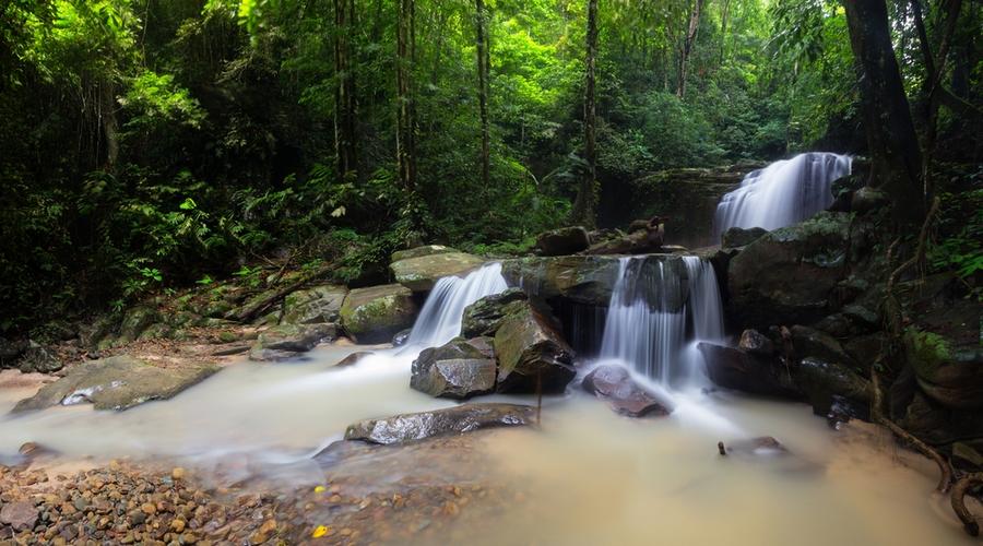 Una cascata nella giungla del Borneo