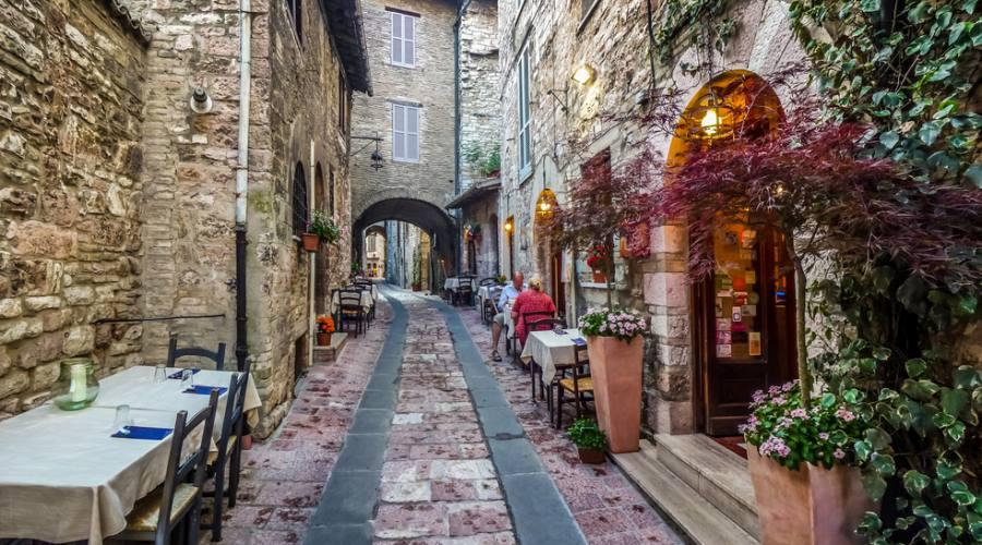 Romantica strada della città antica di Assisi,