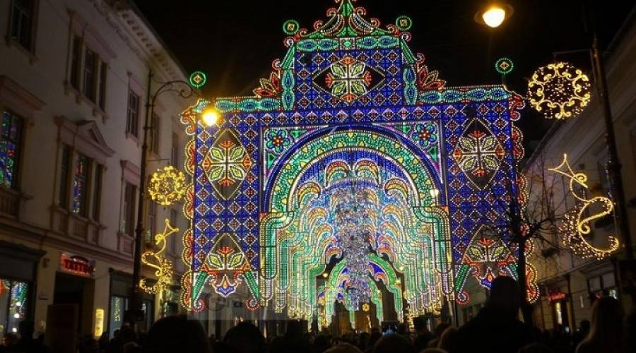 Centro della città con le luminarie natalizie